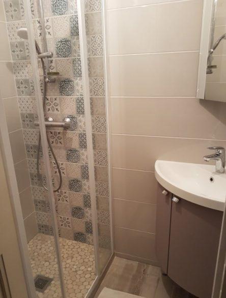 Poline entreprise : Carrelage salle de bain à Marcilly en Gault (41210) : Rénovation d'une toute petite salle d'eau de moins de 3 m² avec douche à l'italienne à Salbris 41300